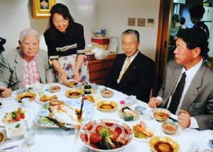 母親の綾子さん(左から2人目)は来客があると、見た目や盛り付けに気を配って料理を振る舞った。中央下が万暦赤玉大鉢(2000年ごろ撮影、蒲池桃子さん提供)
