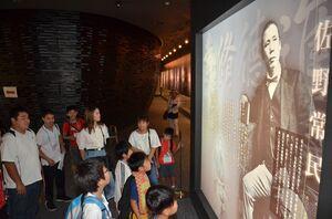 佐野常民記念館の展示物を熱心に見学する子どもたち=佐賀市川副町の佐野常民記念館