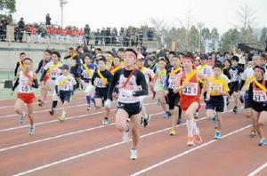 寒さをはねのけ、力走する男子ランナーたち=鹿島市陸上競技場(昨年の大会)