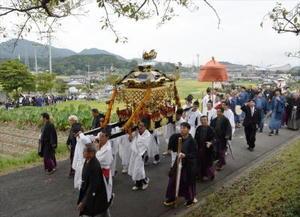 御仮殿前での芸能の奉納が終わると、みこしの行列は荒穂神社へと戻っていく