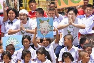 お笑い「大使」、タイの学校視察