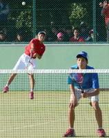 男子個人決勝 優勝した鹿島の武富敦史(左)・豊川瑞のペア=佐賀市の県庭球場