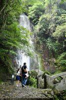 梅雨が明け、涼を楽しむ人が増え始めた清水の滝。8日から散策道を風鈴が彩る=小城市小城町