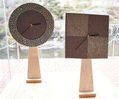 釉薬のきめ細やかな縮れ「梅華皮」を生かした東馬窯の時計