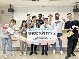 街歩きツアーでは、西九州大学短期大学部多文化コースで学ぶ留学生も案内役に加わる(提供写真)