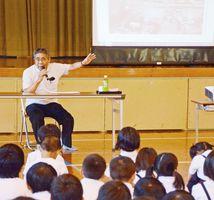 7・8災害に遭った当時を振り返る栗山榮さん=太良町の大浦小学校
