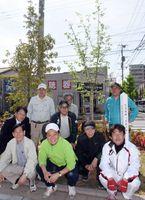 戊辰の桜を植樹した武雄ロータリークラブのメンバー=武雄市武雄町の武雄市役所新庁舎