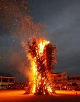 火の粉を散らしながら立ち上る鬼火たき=佐賀市の兵庫小(提供)