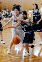バスケットボール女子決勝・佐賀商-有田工 リバウンドを競り合う両校の選手。1点差で佐賀商が勝利した=佐賀市の県総合体育館