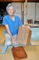 父の遺品の木製小箱を保管している船津丸守さん