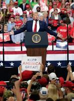 18日、米フロリダ州オーランドの支持者集会で演説するトランプ氏(AP=共同)