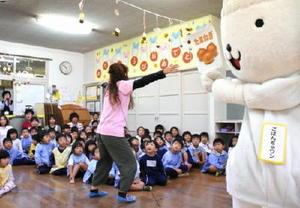 JAのキャラクター「ごはんぢゃワン」らと共に、食の大切さを学ぶ園児たち=佐賀市の城南保育園
