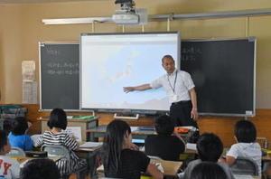 全国各地の学校に設置されているIoT百葉箱の空模様や温度などのデータを見ながら進む4年生の授業=武雄小