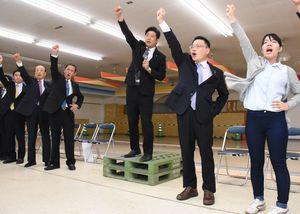 事務所開きで、詰め掛けた450人の支持者とともに気勢を上げる古川氏(右から2人目)=武雄市武雄町