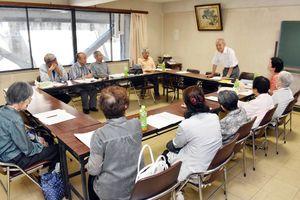 21日に開かれた伊万里・西松浦地区被爆者友の会の定期総会。会員の減少と高齢化で活動の継続が厳しくなっている=伊万里市民会館