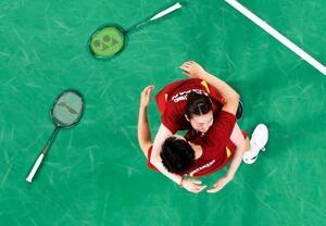 混合ダブルス3位決定戦で香港ペアに勝利し銅メダルを獲得、抱き合って喜ぶ渡辺勇大(下)、東野有紗組=武蔵野の森総合スポーツプラザ