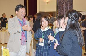 集まった学生らと談笑する山口知事(左)=佐賀市のロイヤルチェスター佐賀