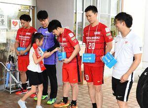 試合後、豪雨災害の被災地支援の募金を呼び掛けるトヨタ紡織九州の選手たち=神埼市の神埼中央公園体育館