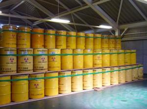 日本原子力研究開発機構の人形峠環境技術センターで保管されている低レベル放射性廃棄物を収めたドラム缶=7月20日、岡山県鏡野町