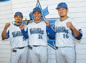 監督推薦でオールスターへの出場が決まり、ポーズをとる(左から)DeNA・宮崎、濵口、戸柱=東京ドーム