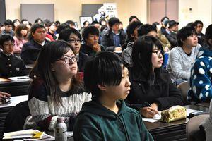 時折メモをしながらwatabokuさんの話を聞く参加者ら=佐賀市本庄町の佐賀大学