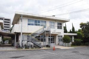 築40年以上が経過し、老朽化が進んでいる県立点字図書館。県は改築を検討している=佐賀市天神