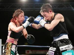 8回、黒木優子(左)を攻める小関桃=九電記念体育館