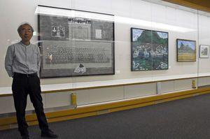 下平武敏さんと出品作の「赤子たちの行く末」=武雄市図書館・歴史資料館
