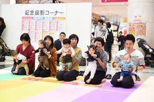 前回のハイハイよちよちレースで、スタートの合図を待つ子どもたち=佐賀市のゆめタウン