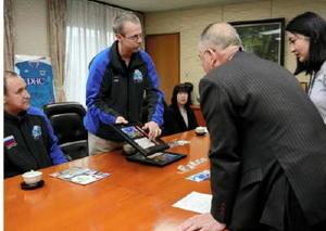 秀島市長に太平洋横断の思い出を語るトロイさん