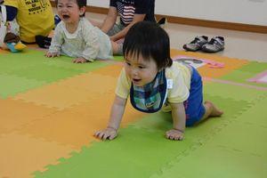 ゴールを目指して元気に進む赤ちゃん=佐賀市新栄東の佐賀総合住宅展示場「イエス」