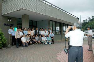 解体を前に旧有田町役場(旧東庁舎)で記念撮影する職員ら=平成20年6月30日
