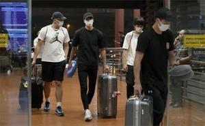 ジャカルタの空港に到着したバスケ男子日本代表とみられる4人=20日、ジャカルタ(共同)