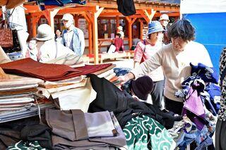 古陶磁や古布などずらり 佐賀市・松原神社で秋の骨董市