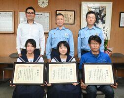 感謝状を受け取った(前列左から)野口七海さん、伊藤和乃香さん、牟田雅典さんら=神埼署