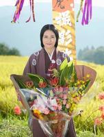 NHK大河ドラマ「おんな城主 直虎」の撮影が終了し、花束を手に笑顔の柴咲コウさん=11日午後、浜松市