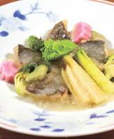 一先(イサキ)の和蘭陀(オランダ)煮 碓井豆(グリーンピース)のうぐいすあん 春野菜添え