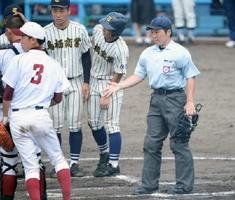 1回戦・佐賀農-鳥栖商 夏の大会で初めて主審を務めた松本京子さん(右)=佐賀ブルースタジアム