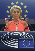 15日、フランス・ストラスブールの欧州議会で演説するEUのフォンデアライエン欧州委員長(ロイター=共同)