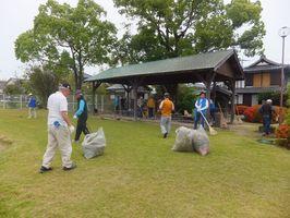 清掃活動に励む鳥栖・三神地区のライオンズクラブの会員ら=神埼市千代田町の下村湖人の生家(提供写真)