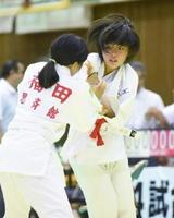 6年女子45㌔未満級で優勝した本村莉菜(芦刈少年・右)=嬉野市体育館