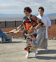 新郎新婦に扮するのは佐賀大ダンスサークルのメンバーたち=佐賀市の東与賀干潟公園