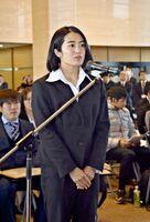 受賞者を代表してあいさつするラグビー女子の堤ほの花=佐賀県庁