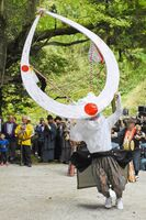 太鼓や笛の音色の中、勇壮な舞を披露した舞人=佐賀市富士町の諏訪神社
