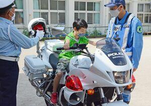 交通安全教室では、白バイにまたがる体験も=嬉野市嬉野町の大野原小中学校