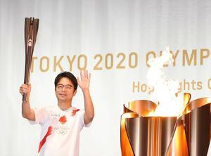 佐賀県での聖火リレーの最終走者を務めた吉岡徳仁さん(2021年5月10日夜、佐賀市の県立博物館・美術館前広場)