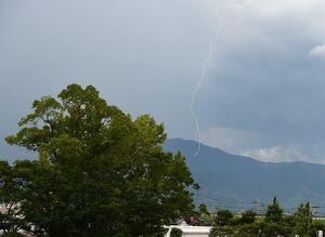 15日午後に頻出した発雷。県内では落雷も観測された=佐賀市