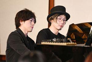 浪漫座で演奏するピアノデュオの「鍵盤男子」=佐賀市柳町