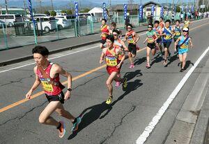 第1日・後半一斉にスタートする選手=7区、佐賀市の東与賀運動公園