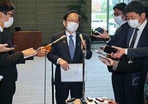 記者の質問に答える公明党の竹内譲政調会長(中央)=2日午後、首相官邸